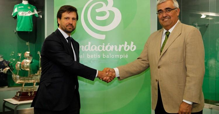 El rector de la Universidad de Sevilla, Antonio Ramírez de Arellano, y el vicepresidente de la Fundación Real Betis Balompié, Ignacio Mora-Figueroa, han firmado hoy un convenio marco de colaboración para desarrollar líneas de trabajo comunes.